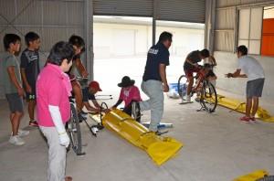 水上自転車の組み立て状況